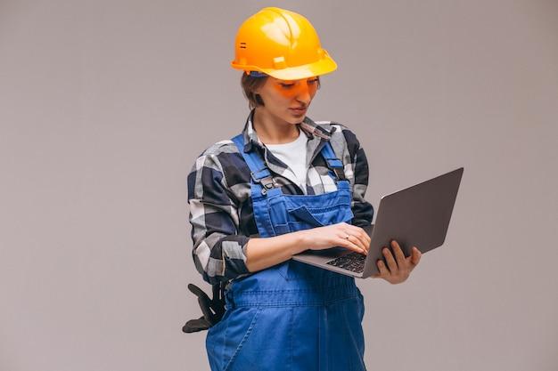 Reparador de mulher isolado com laptop Foto gratuita