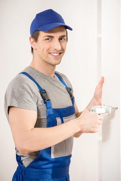 Reparador de sorriso novo que usa o interior da broca de mão em casa. Foto Premium