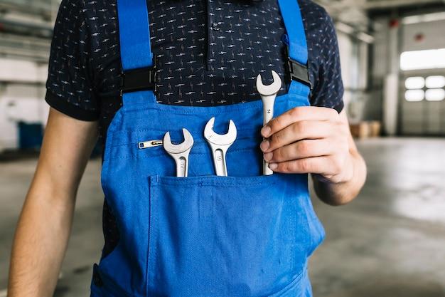 Reparadores, levando, chave, de, coveralls, em, garagem Foto gratuita