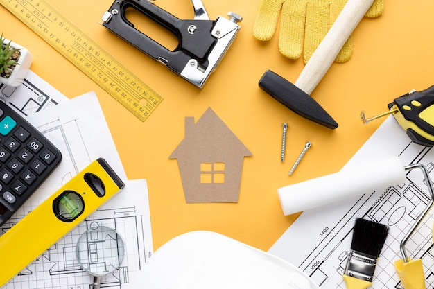 Reparar ferramentas e impressão azul ao redor da casa de papelão Foto Premium