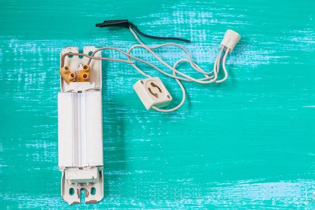 Reparar luz fluorescente e ferramenta em madeira Foto Premium