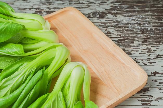 Repolho chinês fresco ou vegetal de bok choy no fundo de madeira da tabela. Foto Premium
