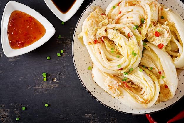 Repolho kimchi em uma tigela Foto gratuita