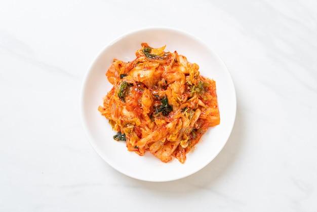 Repolho kimchi no prato Foto Premium