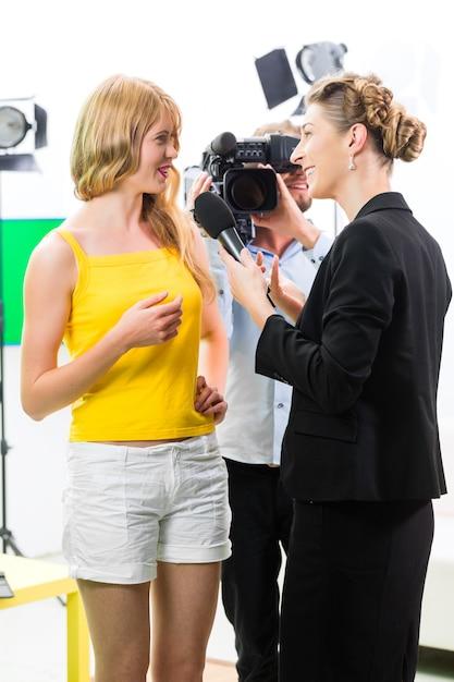 Repórter e cinegrafista filmam uma entrevista Foto Premium