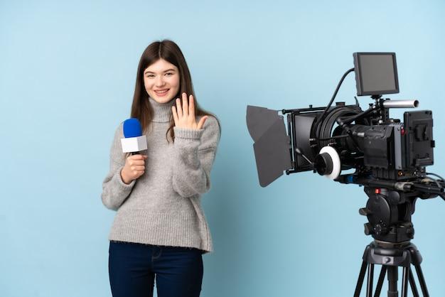 Repórter jovem mulher segurando um microfone e reportar notícias convidando para vir Foto Premium