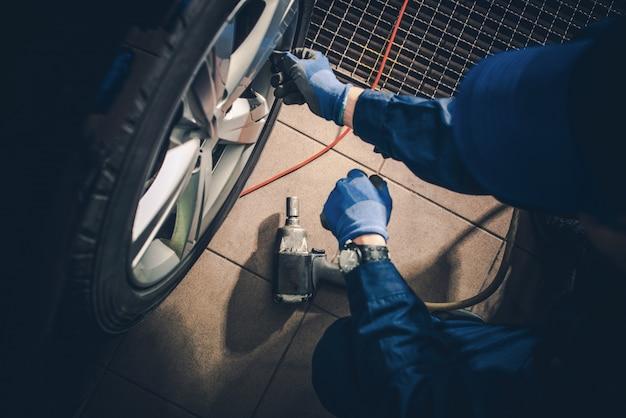 Reposição sazonal dos pneus Foto gratuita