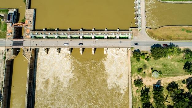 Represa hidroeléctrica de fluxo da água da inundação da mola aérea do tiro que represa. Foto Premium