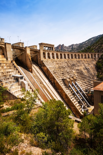 Represa no rio segre. lleida Foto gratuita
