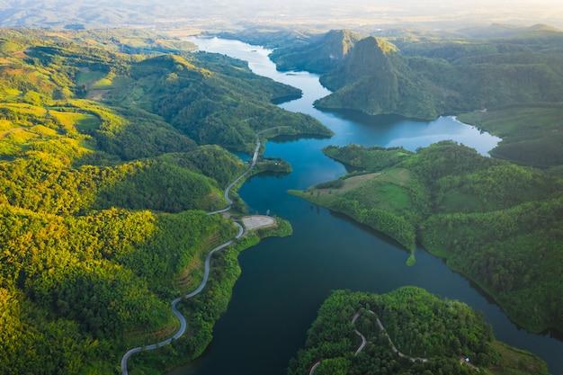 Reservatório nacional no meio do vale e a estrada que conecta a cidade Foto Premium