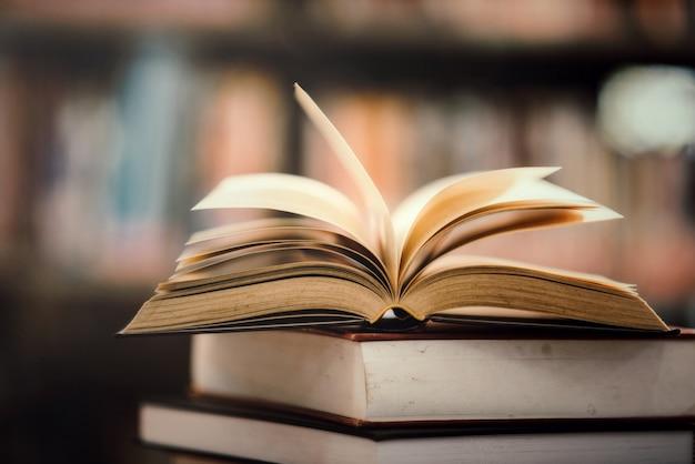 Reserve na biblioteca com livro aberto Foto gratuita