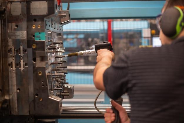 Resfriamento de molde enorme para molduras de plástico na fábrica Foto Premium
