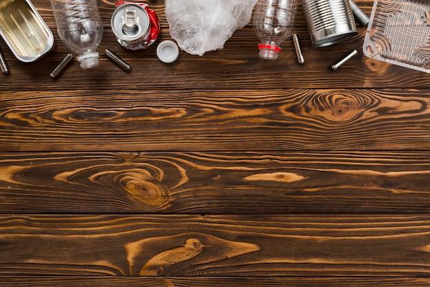 Resíduos classificados para reciclagem na mesa de madeira Foto gratuita