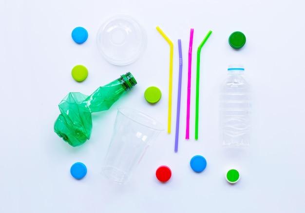 Resíduos de plástico no fundo branco. Foto Premium