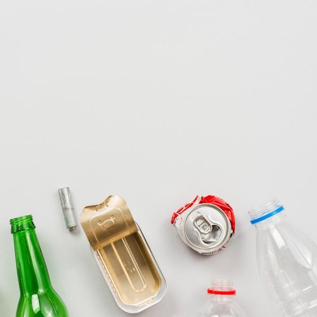 Resíduos recicláveis diferentes no fundo branco Foto gratuita