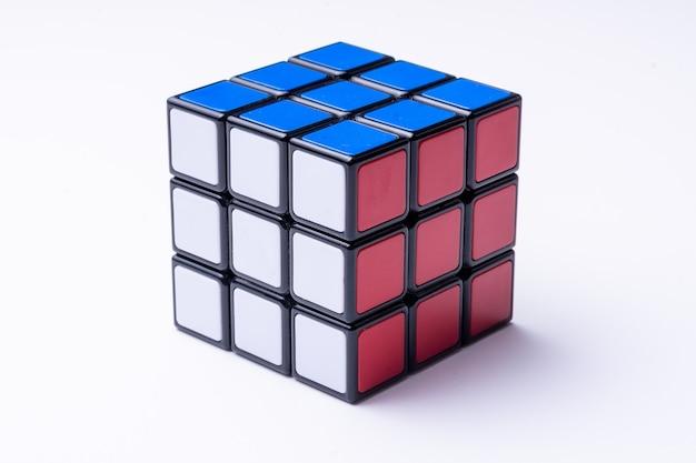 Resolvido o cubo de rubik no preto Foto Premium