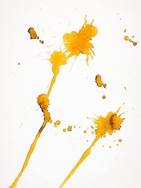 Respingo amarelo isolado no papel Foto Premium