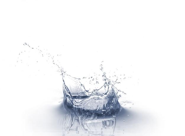 Respingo de água isolado no fundo branco Foto gratuita