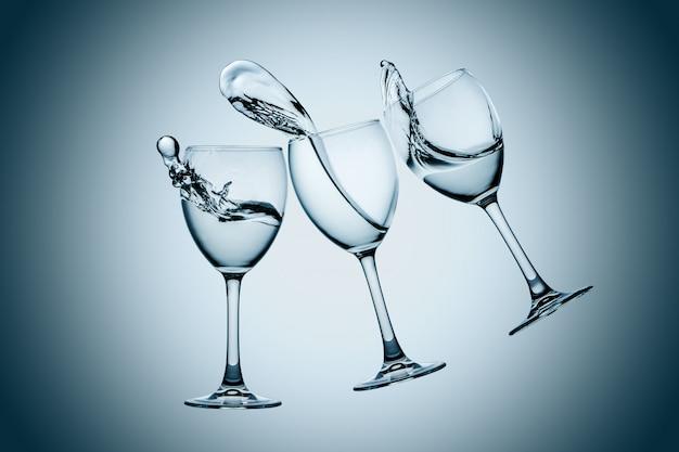 Respingo de três copos de água Foto gratuita