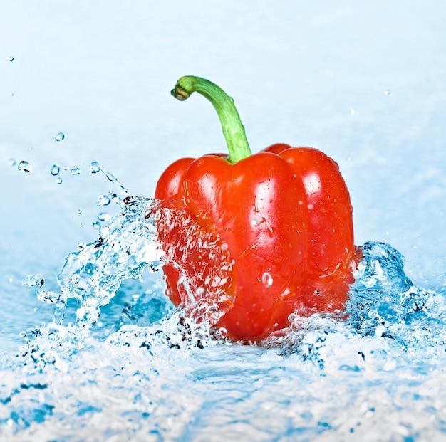 Respingos de água doce em pimentas Foto Premium