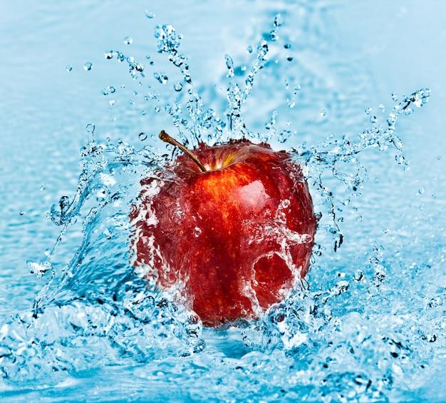 Respingos de água doce na maçã vermelha Foto Premium
