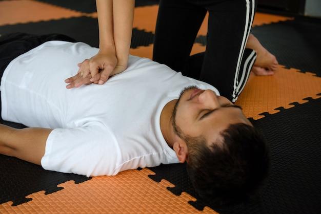 Ressuscitação cardiopulmonar ou rcp no ginásio de fitness Foto Premium