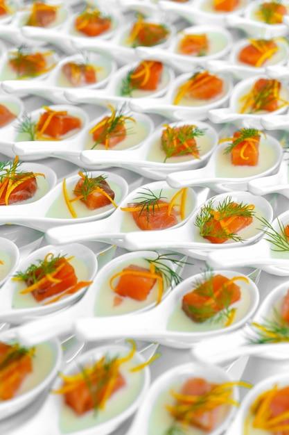Restauração de celebração, pequenos canapés de peixe vermelho Foto Premium