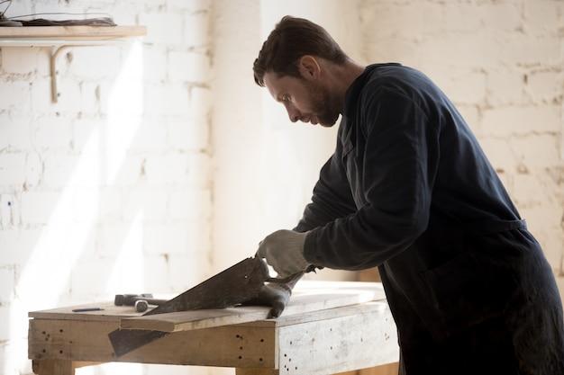 Restaurador de móveis antigos trabalha em um novo projeto Foto gratuita