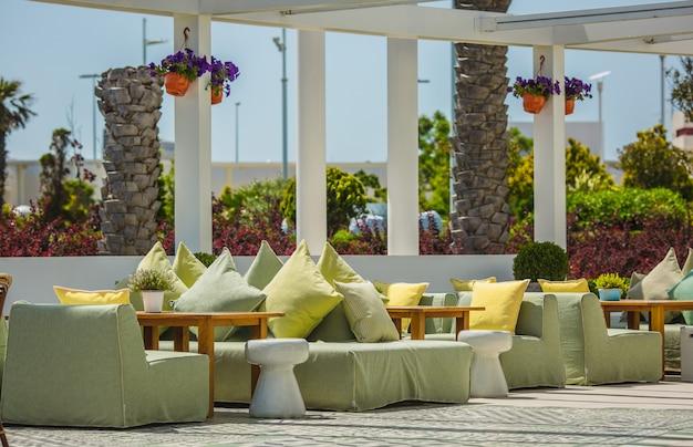 Restaurand do terraço em um estilo moderno no verão. Foto gratuita