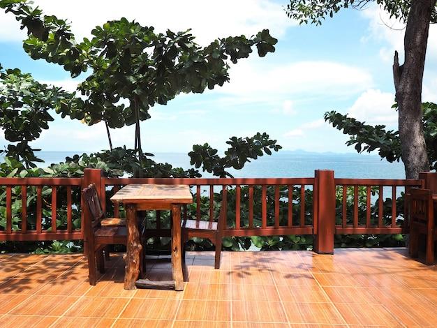 Restaurante ao ar livre com vista para o mar no verão. Foto Premium