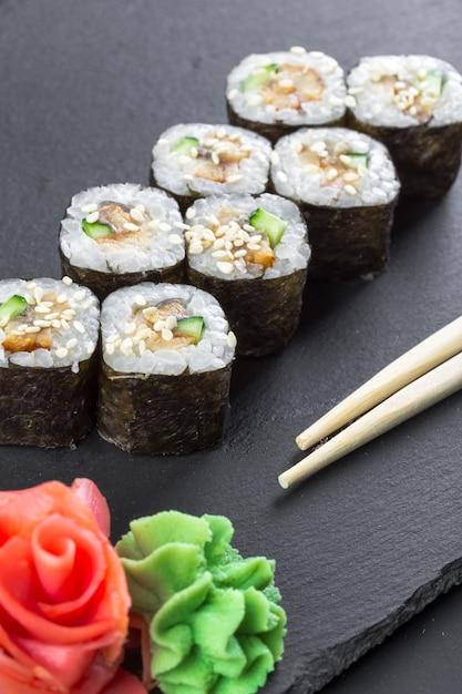 Restaurante japonês, rolo de sushi na placa de ardósia preta. Foto Premium