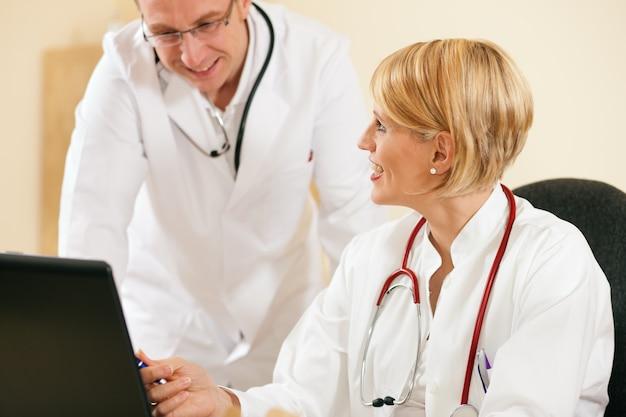 Resultados de teste de discussão de dois médicos Foto Premium