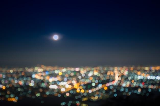 Resumo, bela paisagem de bokeh da cidade à noite, bokeh luz e borrão por do sol da cidade Foto Premium