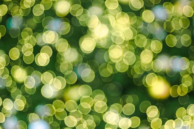 Resumo blur bola de decoração e seqüência de luz na árvore de natal com bokeh luz Foto Premium