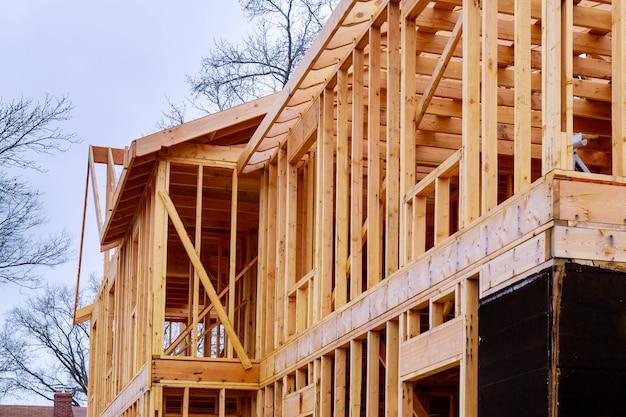 Resumo da madeira casa emoldurando no canteiro de obras. Foto Premium