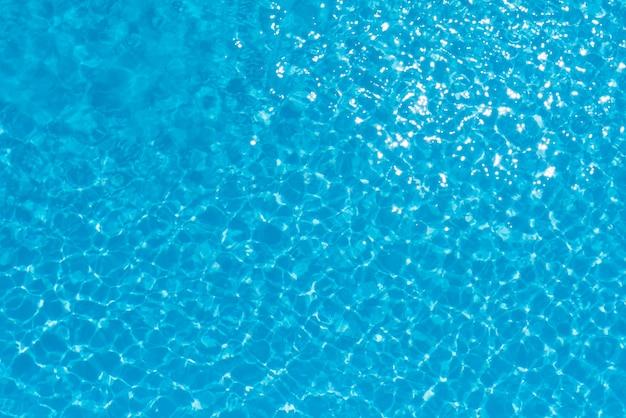 Resumo da superfície da água azul na piscina Foto Premium