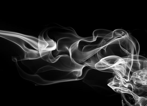Resumo de fumaça branca sobre fundo preto, fogo Foto Premium