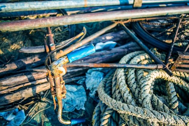 Resumo de fundo com uma pilha de redes de pesca pronto para ser lançado Foto gratuita