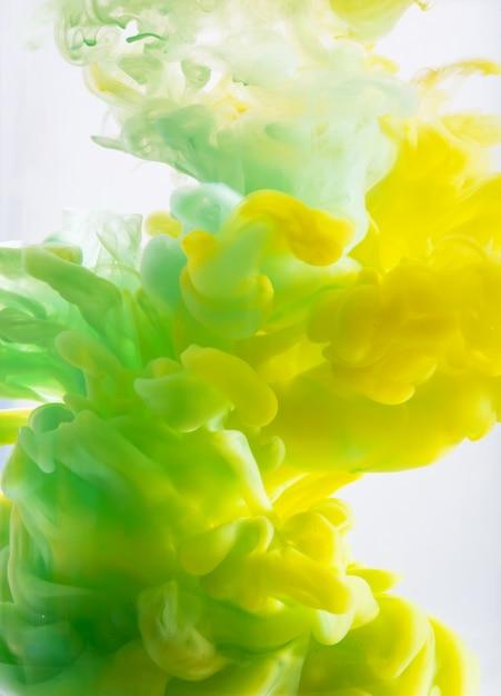 Resumo formado por cor dissolvendo-se em água Foto Premium
