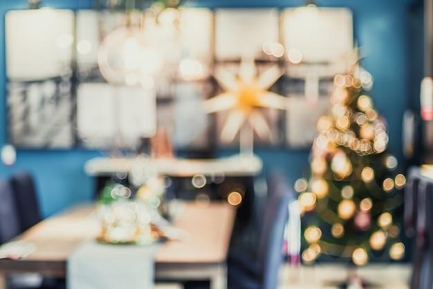 Resumo turva decoração da árvore de natal com luz na sala de estar em casa com bokeh Foto Premium