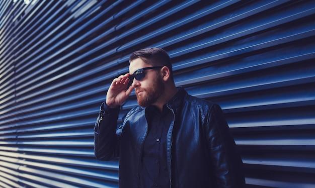 Retrato à moda homem farpado nos eyewear Foto Premium