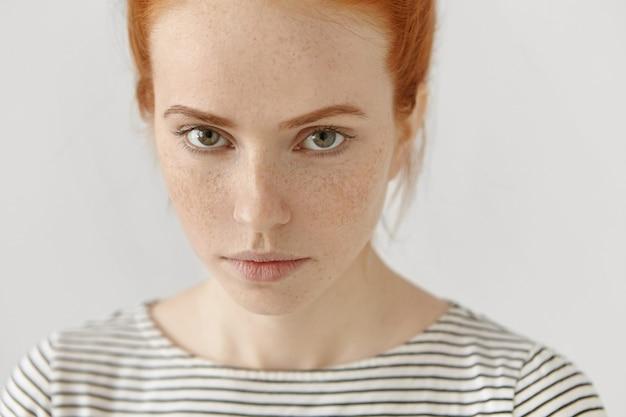 Retrato altamente detalhado de close-up da incrível jovem modelo feminina ruiva de olhos verdes Foto gratuita