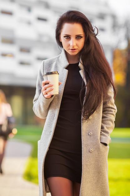 Retrato ao ar livre da mulher morena linda alegre expressa emoções felizes. Foto Premium