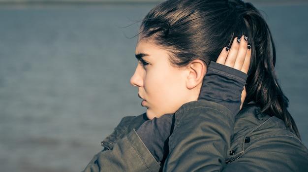 Retrato ao ar livre de uma adolescente pensativa Foto Premium