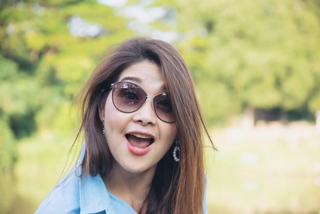 Retrato ao ar livre mulher asiática Foto gratuita