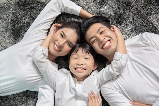 Retrato asiático da família com olhar de sorriso feliz dos povos na câmera em minha casa. Foto Premium