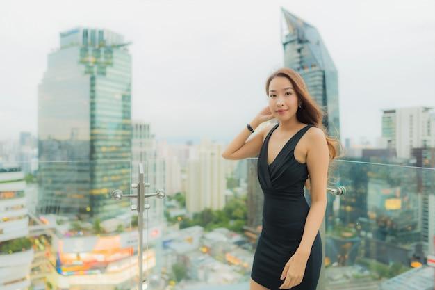 Retrato bela jovem asiática relaxar desfrutar de restaurante no telhado Foto gratuita