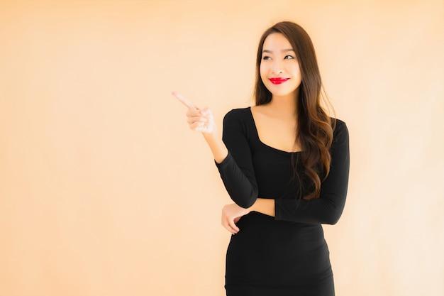 Retrato bela jovem asiática sorriso feliz em ação Foto gratuita