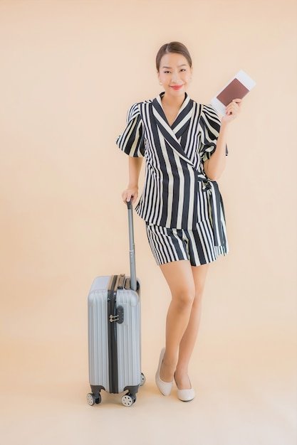 Retrato bela jovem mulher asiática com passaporte de saco de bagagem Foto gratuita