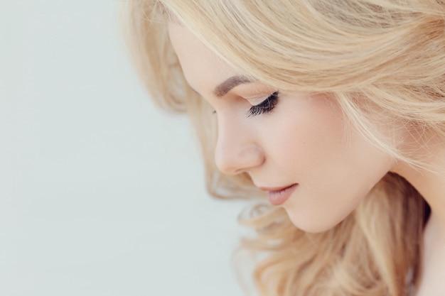 Retrato bonito bonito mulher loira, vista de perfil lateral Foto gratuita